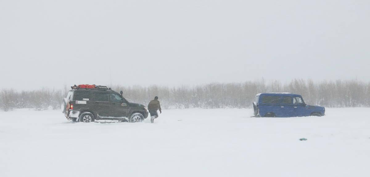 УАЗ Патриот вытаскивает УАЗ Барс из снега
