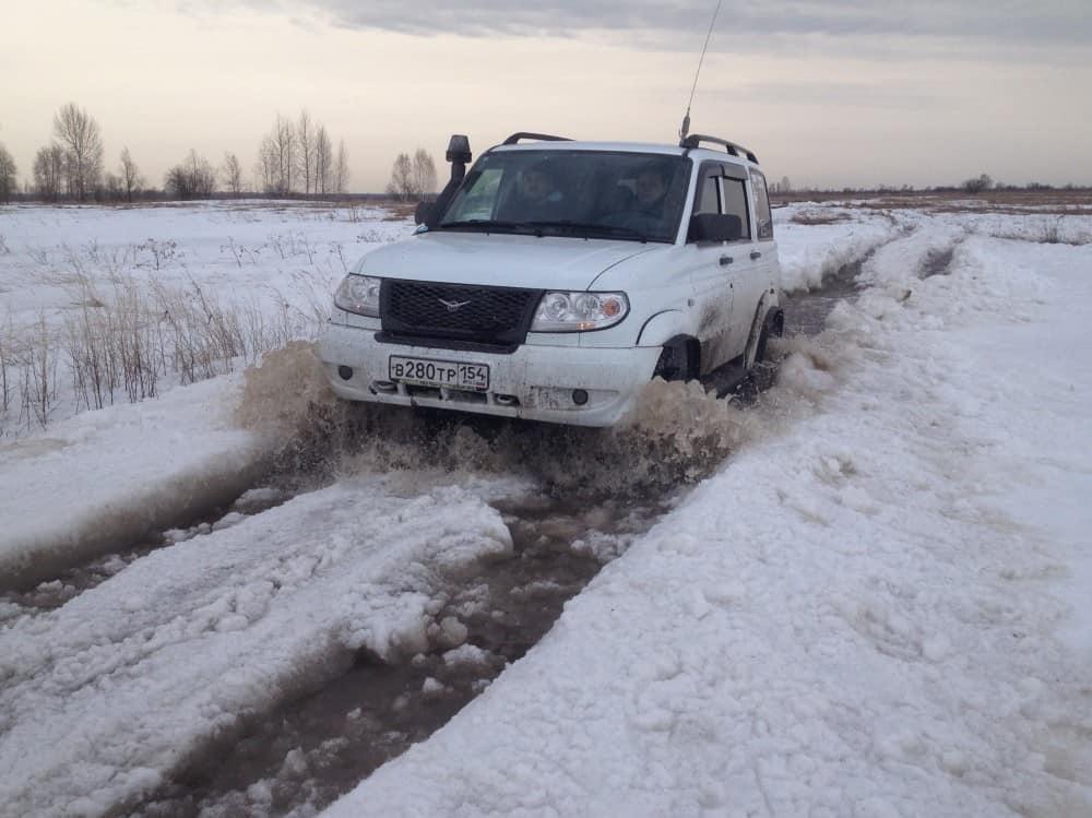 снежная колея с водой