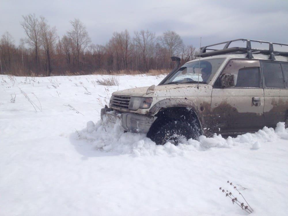 как паджеро едет по снегу