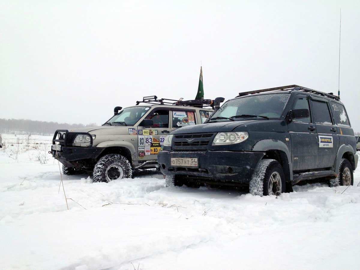 УАЗ патриот едет по снегу