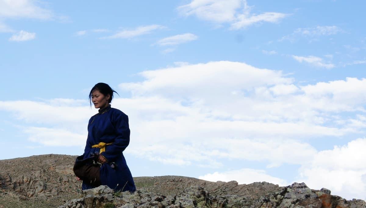 монгольская женщина в национальной одежде