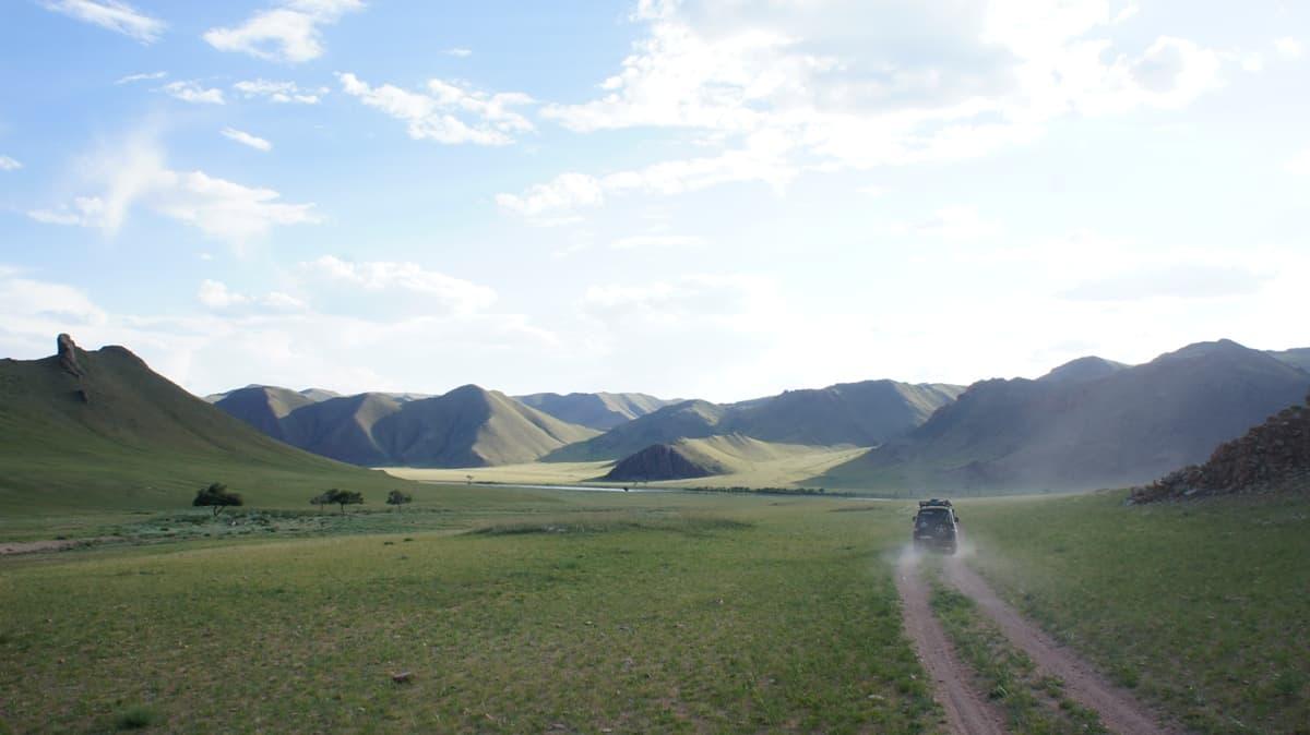 среди холмов и гор в Монголии