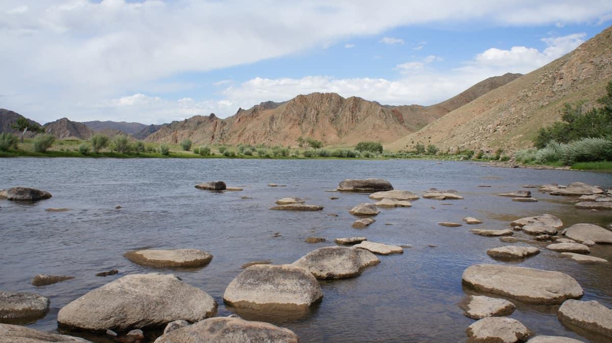 камни на берегу горной реки