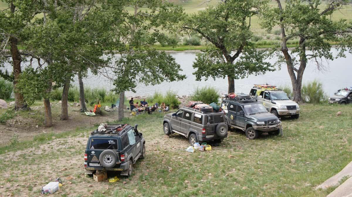 лагерь на берегу, горные реки северной монголии