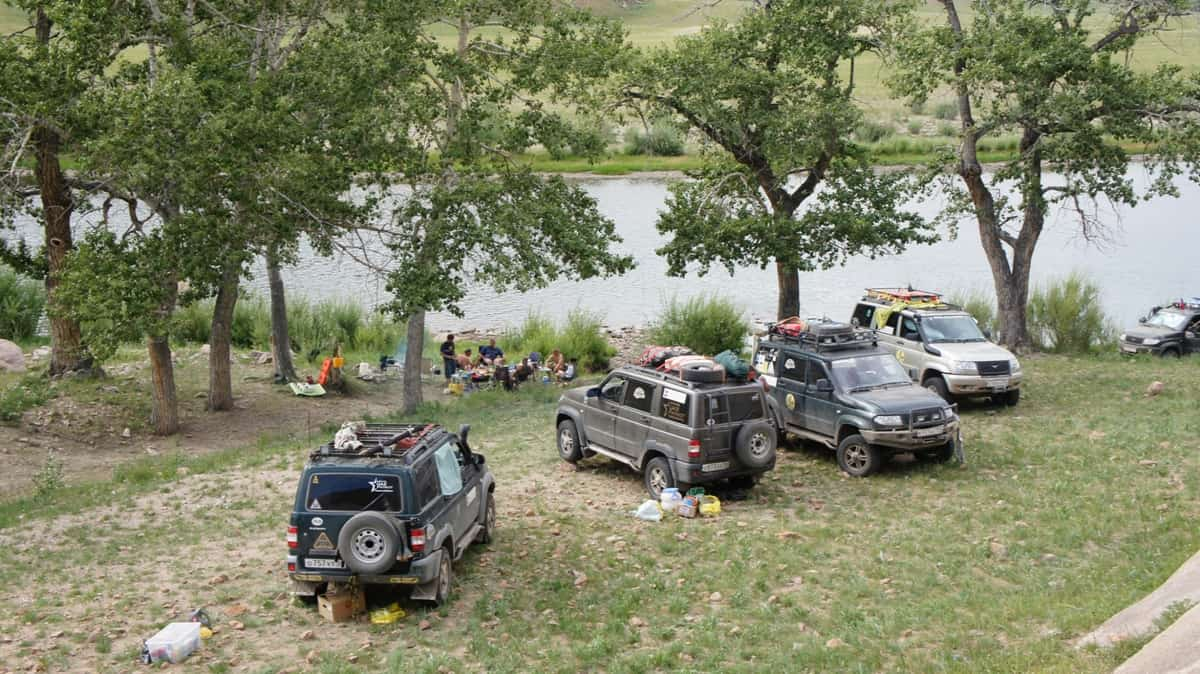 клуб уаз патриот на берегу реки в монголии