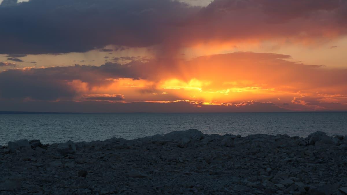 красивый закат над озером Хяргас в Монголии