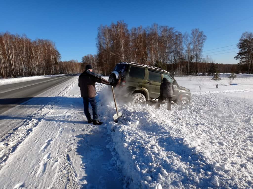 Патриот пытается протоптать снег