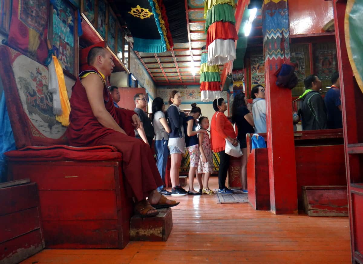 внутри буддистского храма
