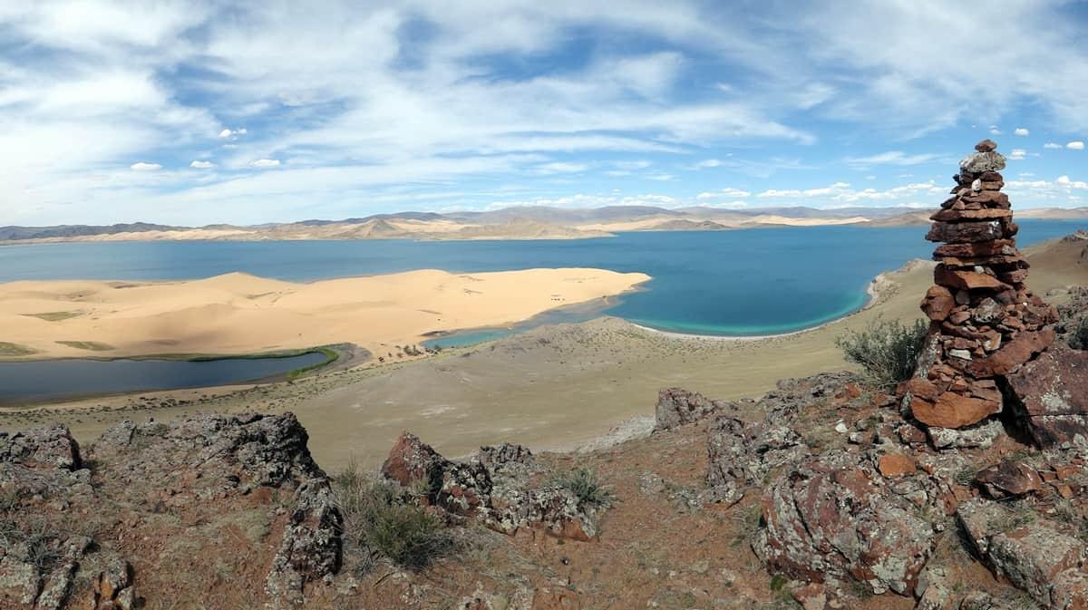 бархан и озеро Хаар-нуур