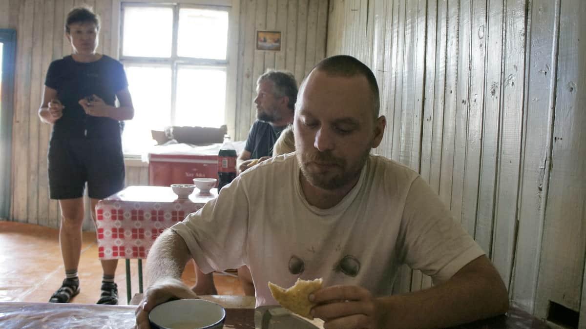 путешественник Алексей Бычков в монгольском кафе