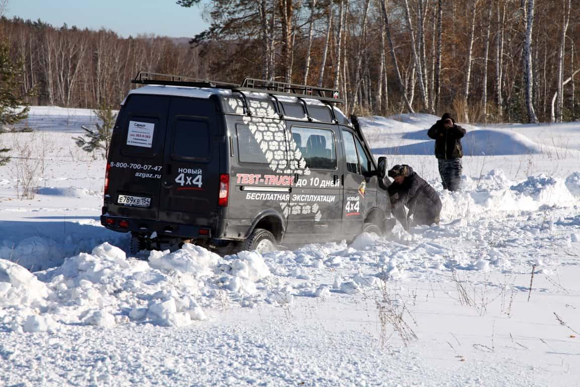 выталкиваем Соболя из снега