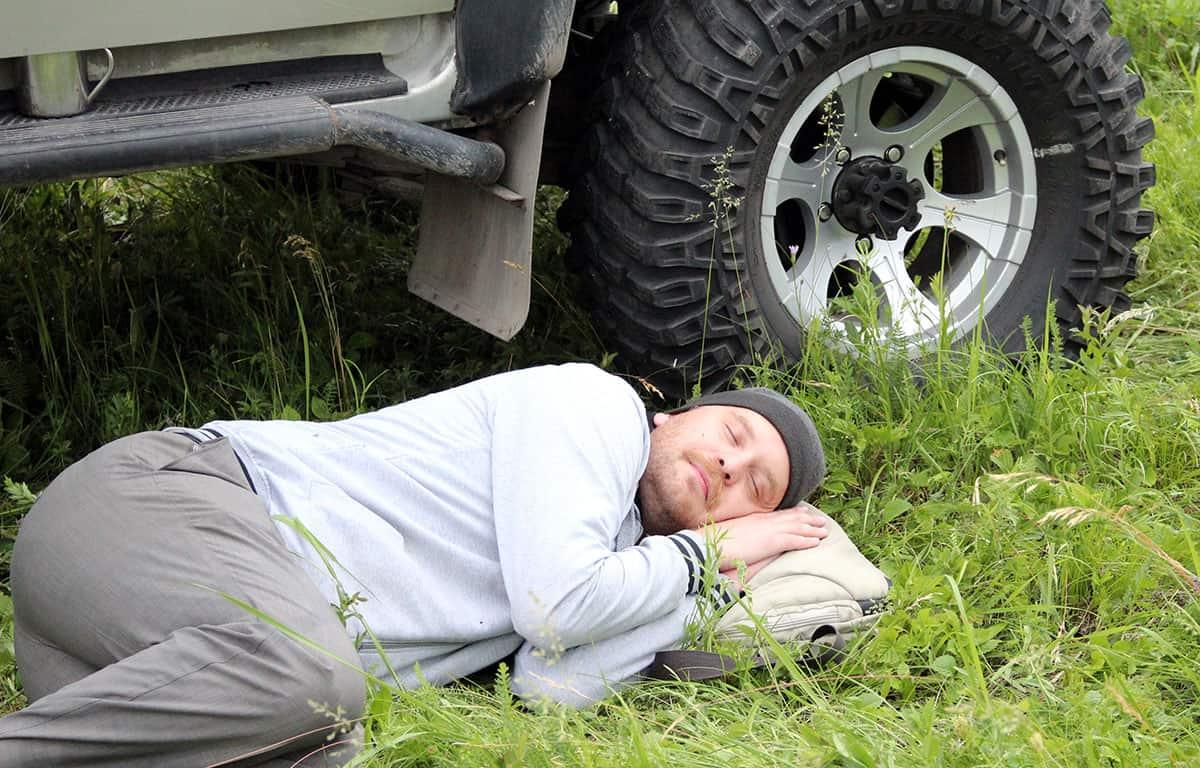 спал на земле