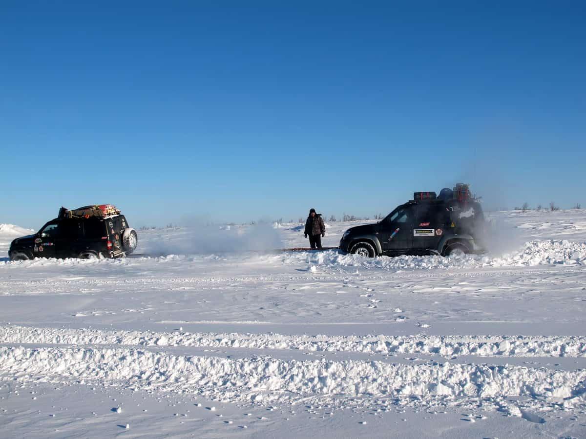 УАЗ Патриот идут по зимнику