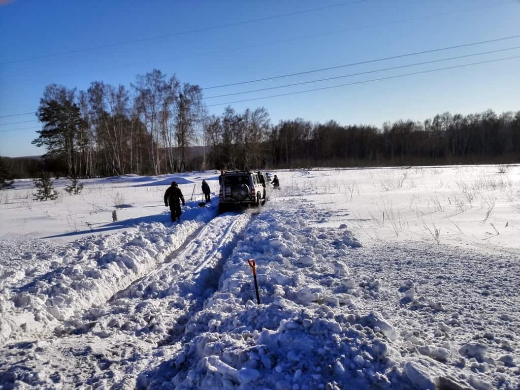 пробили колею в снегу