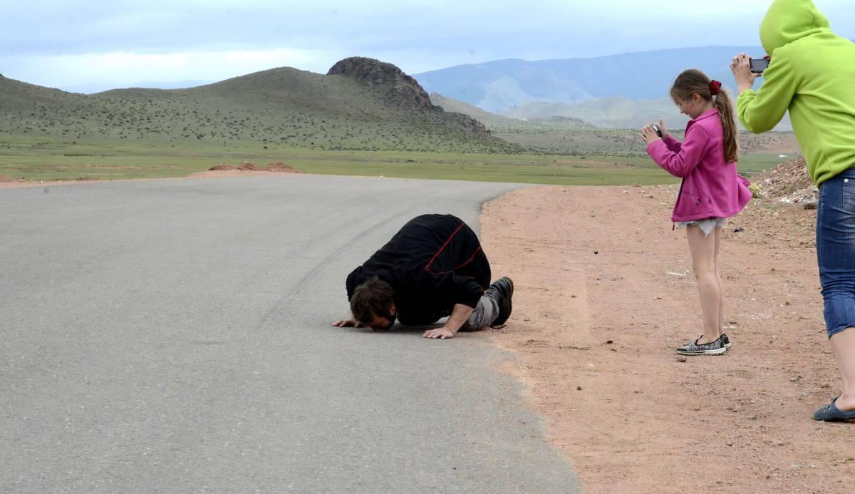 долгожданный асфальт в центральной Монголии