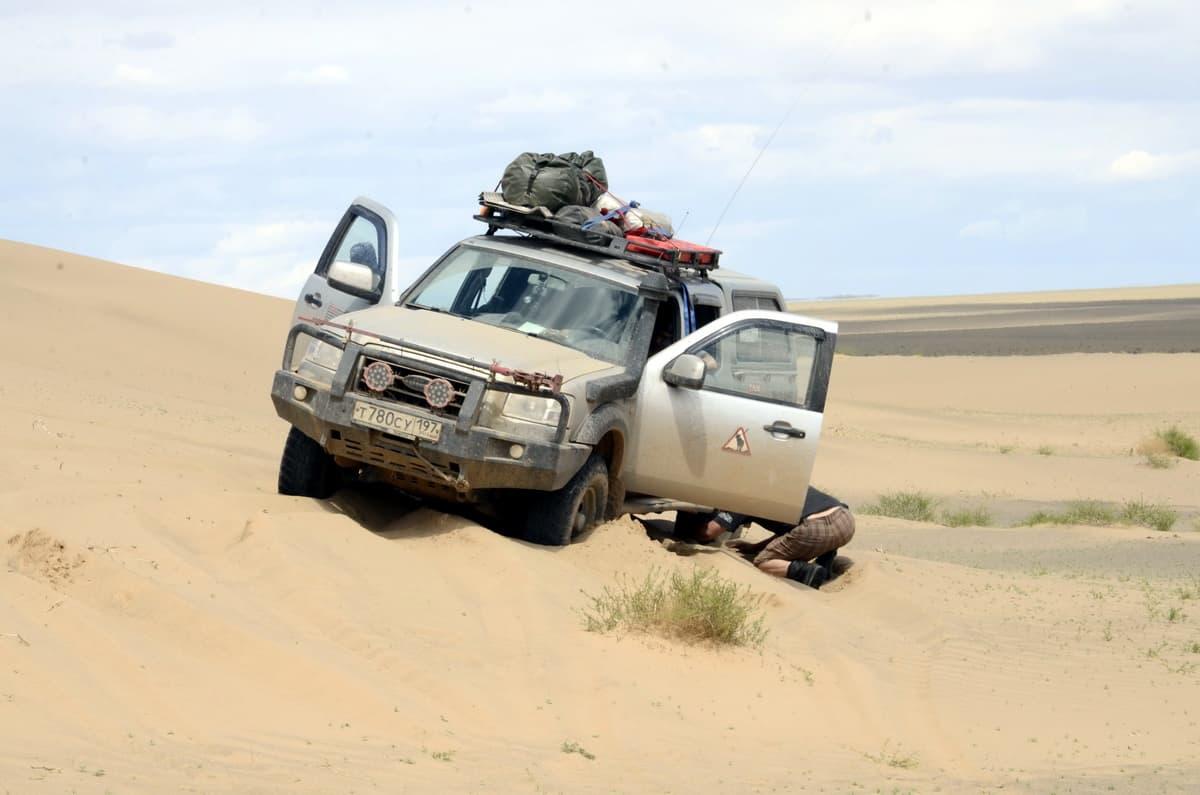 ford ranger едет по песку