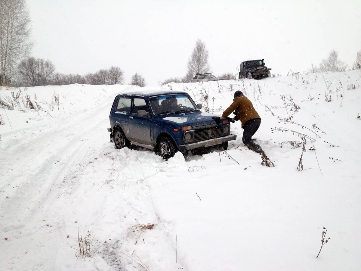 Нива застряла в снегу