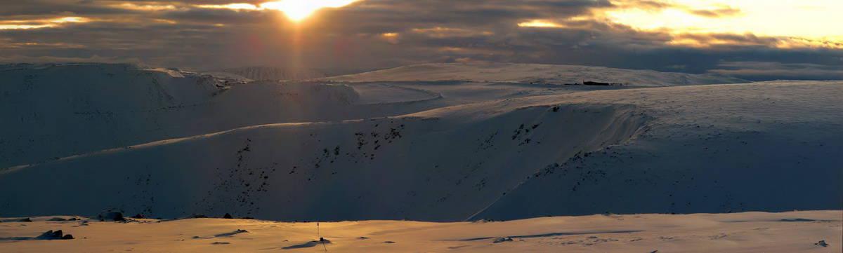 блики солнца на снегу заполярья