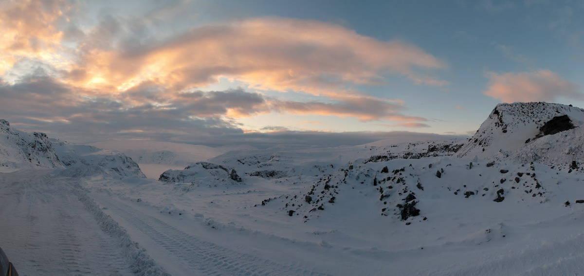 зимняя дорога по горам полярного урала