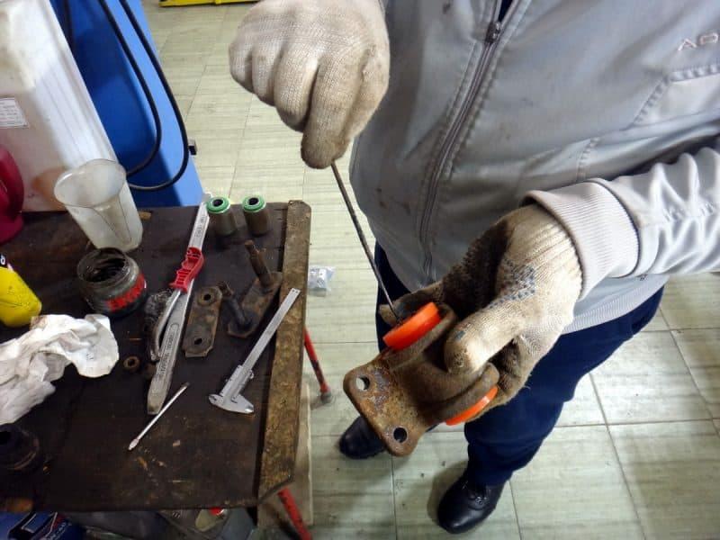 установка полиуретановых втулок в серьгу