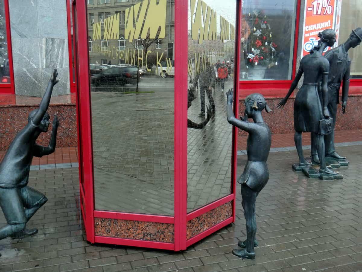 Минск, скульптуры около ГУМа