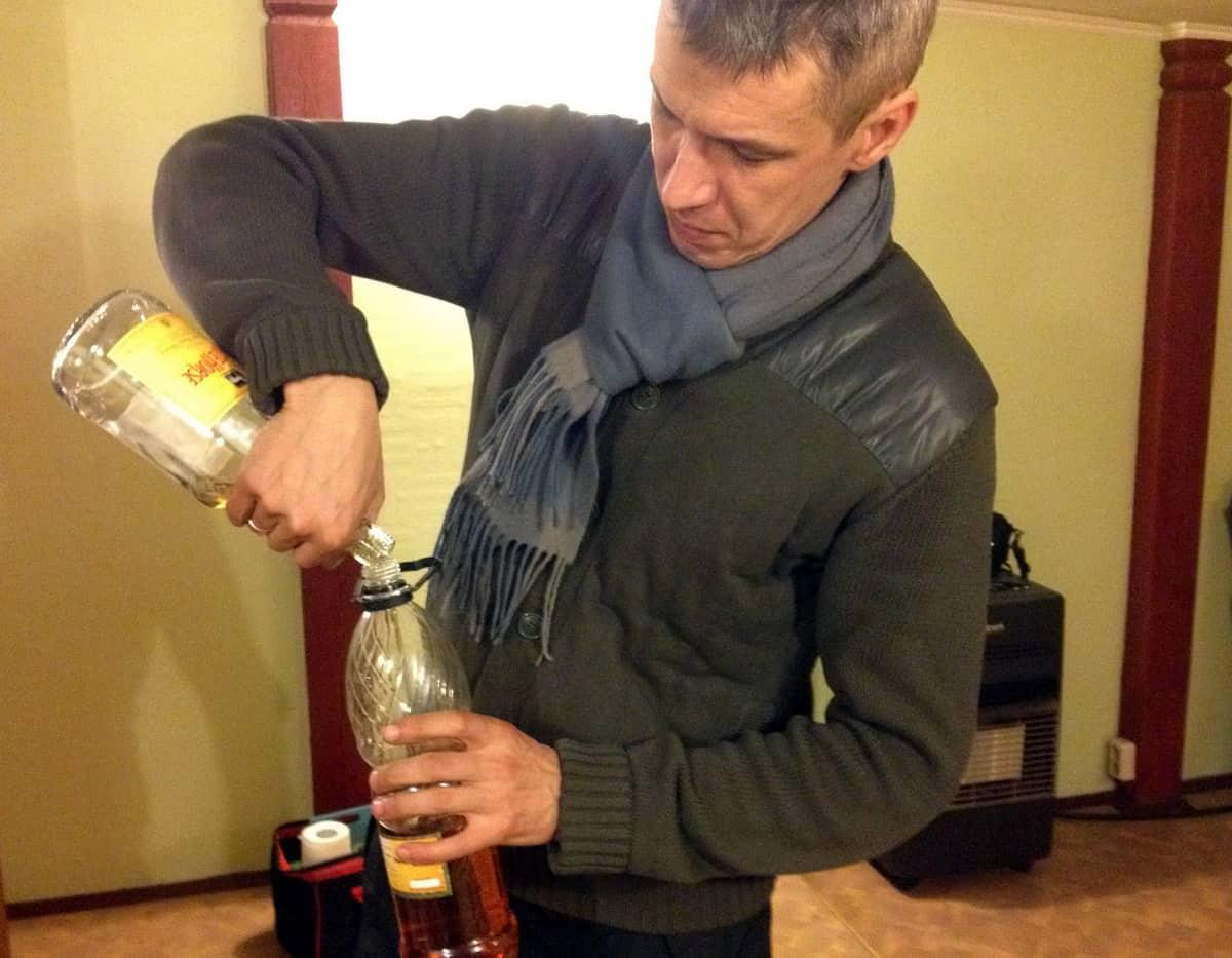 переливание алкоголя в пластиковую тару