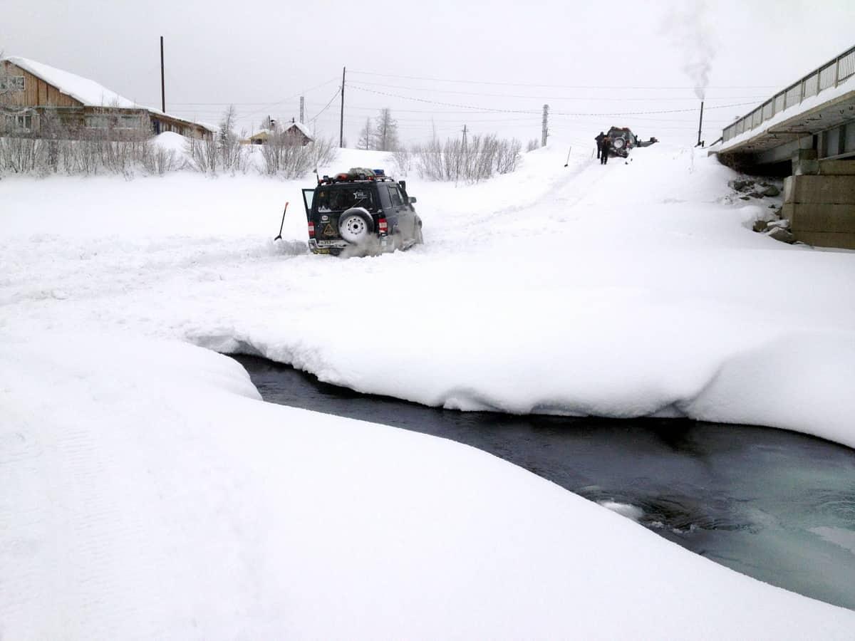 промоина на реке зимой