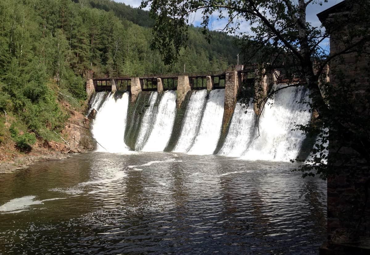 плотина старейшей ГЭС Пороги