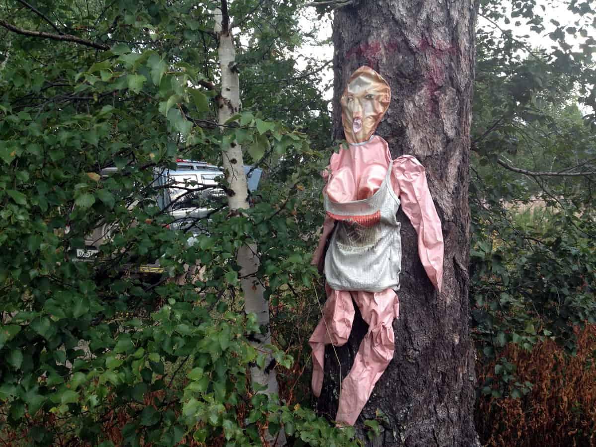 резиновая баба на дереве