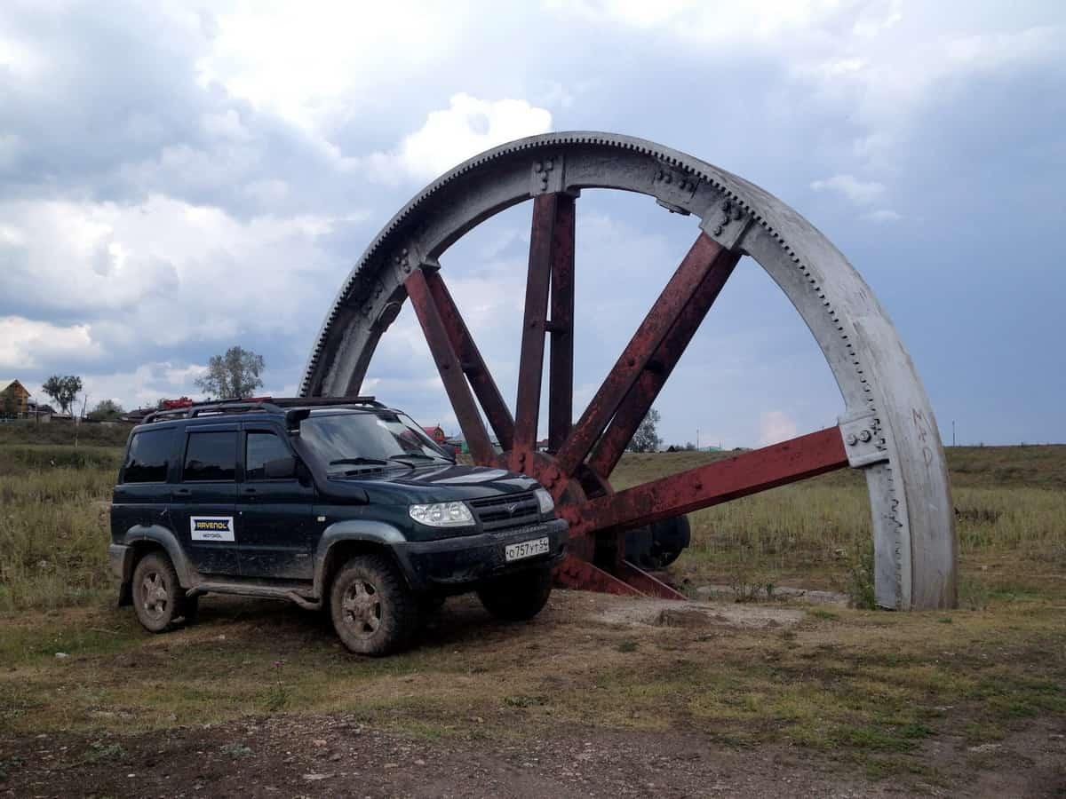 гигантское колесо маховика - достопримечательность Тирлянского