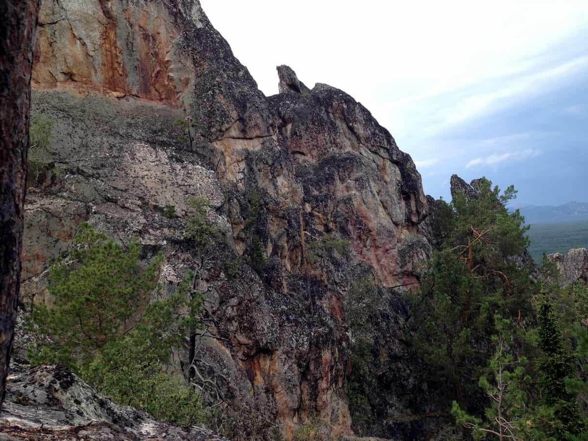 скалы рядом с зубчатками