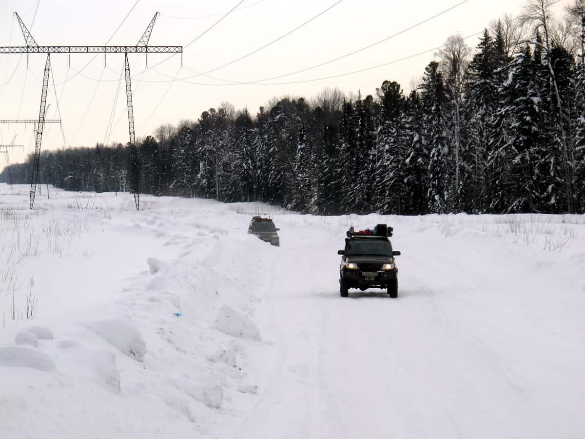 зимник Томск - Нижневартовск вначале идет под ЛЭП
