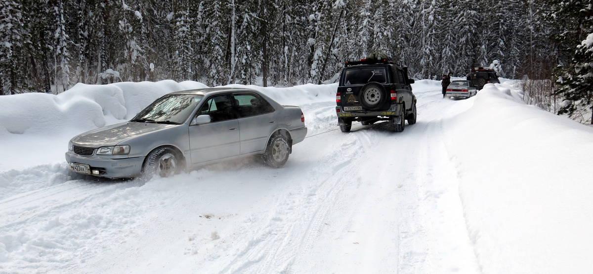 вытаскивание застрявшей на зимнике машины