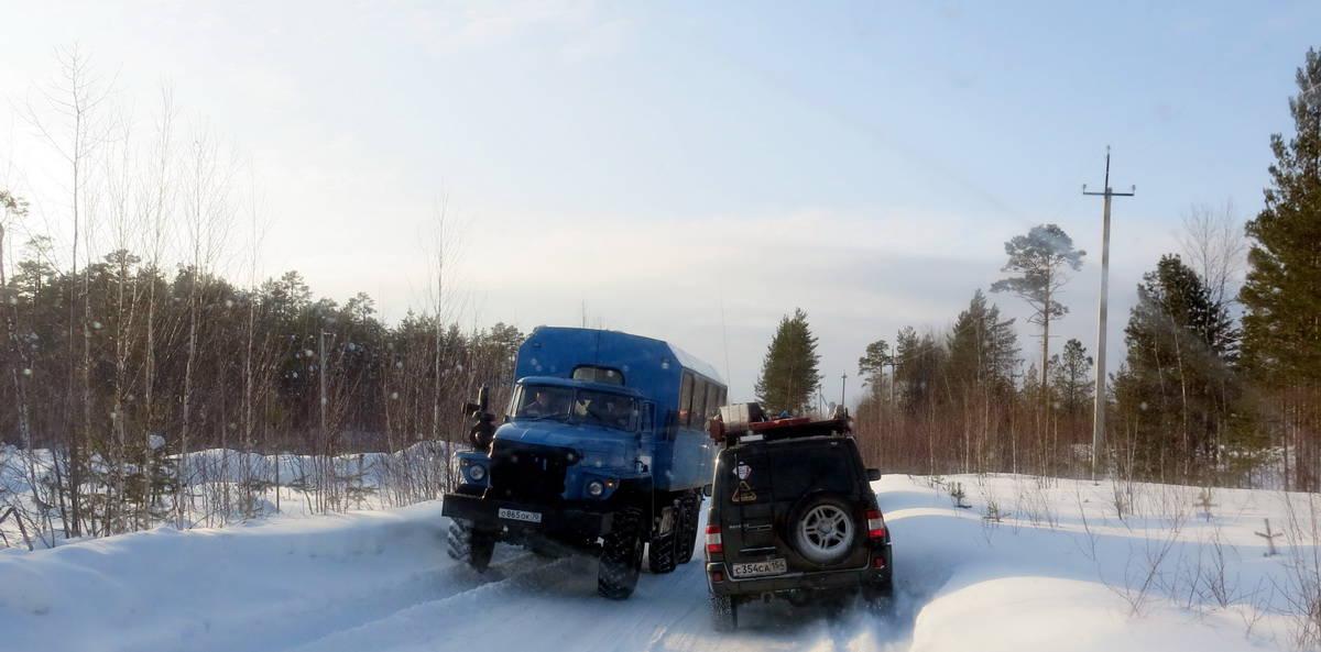 разъезд техники на узком участке зимника