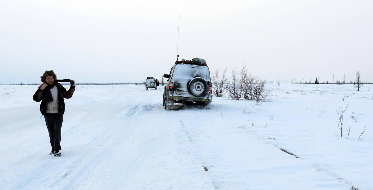 путешественник Алексей Бычков на зимнике Надым - Салехард