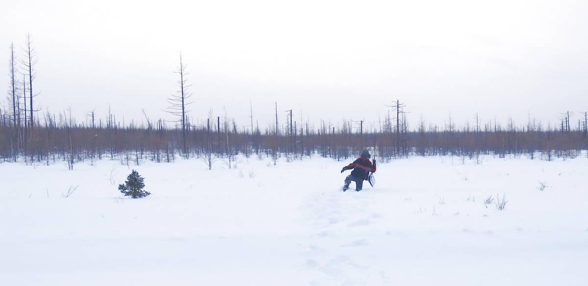 измеряем глубину снега в тундре