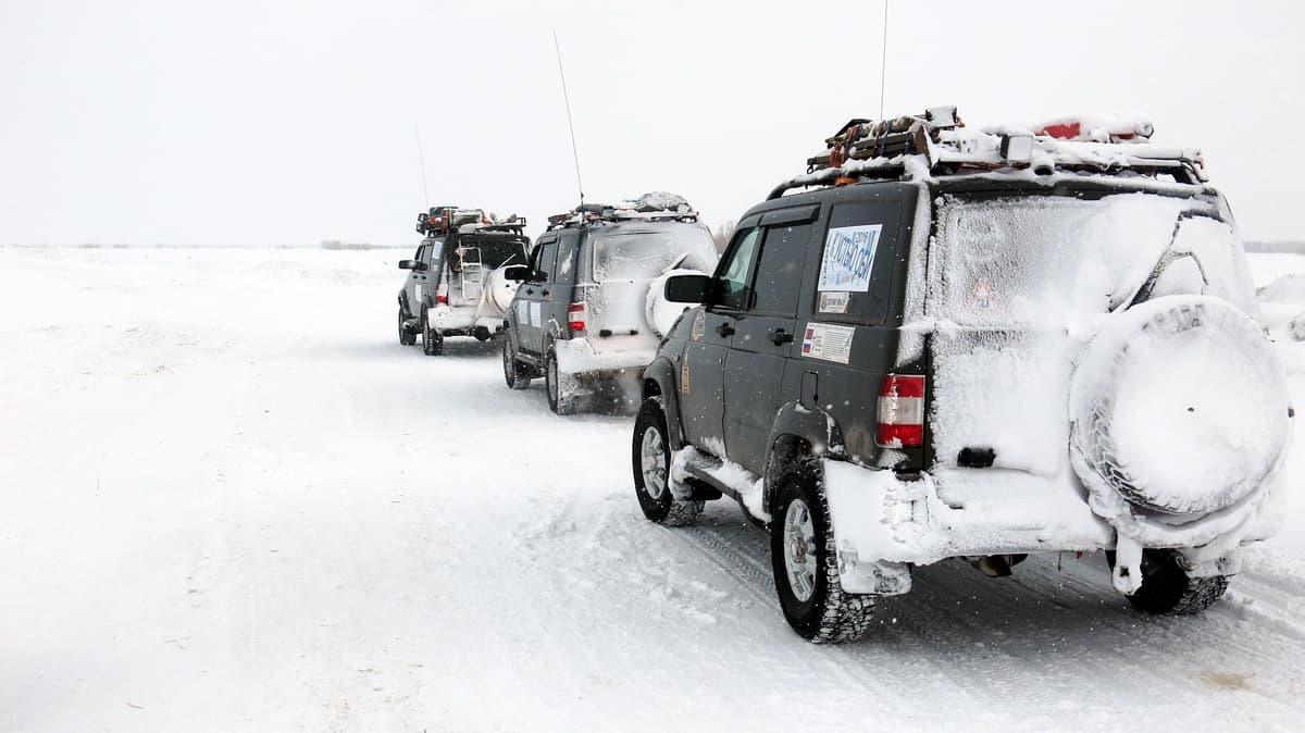 УАЗ Патриот идут по зимнику Лабытнанги - Мужи