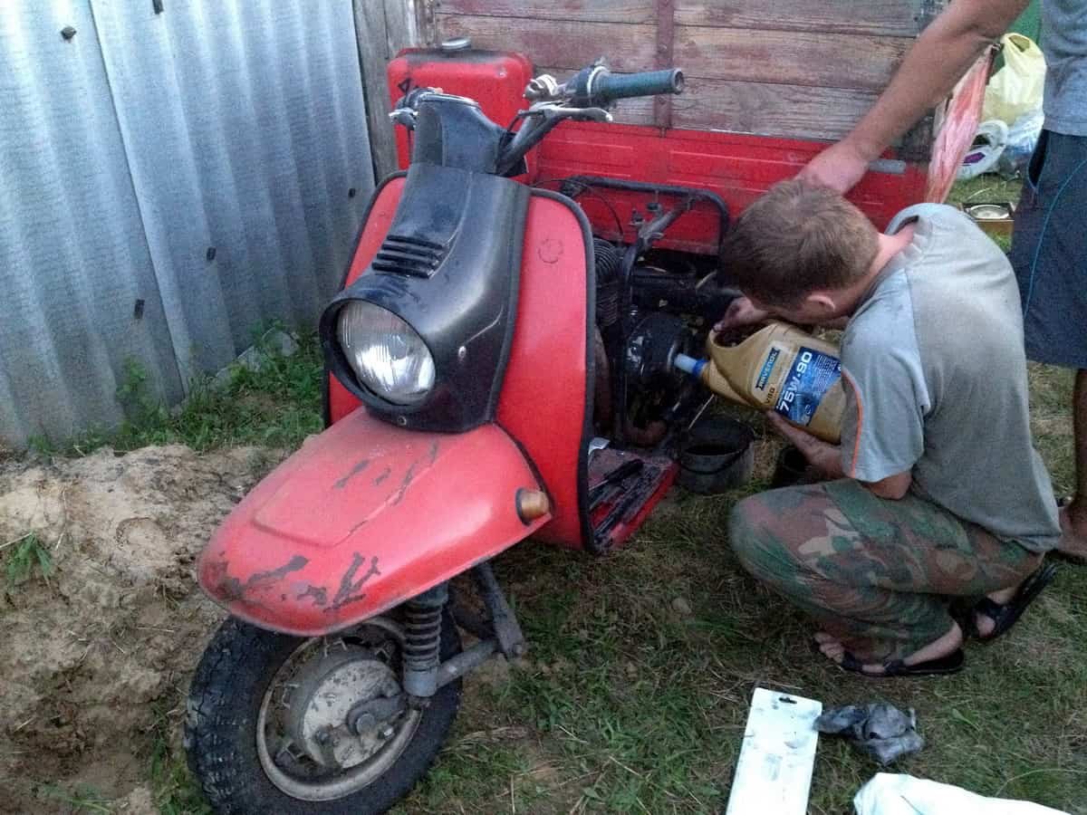 заливаем масто в КПП мотороллера муравей