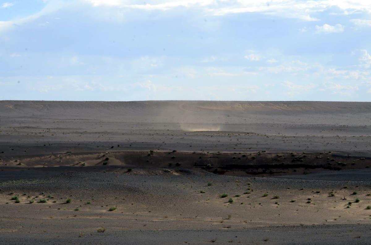 начало песчаной бури в пустыне