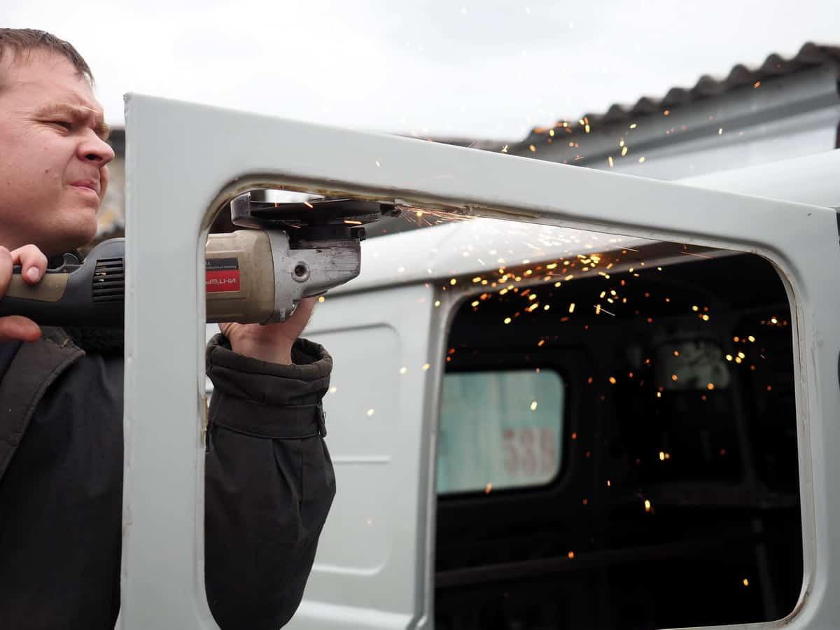 демонтаж креплений штатного окна