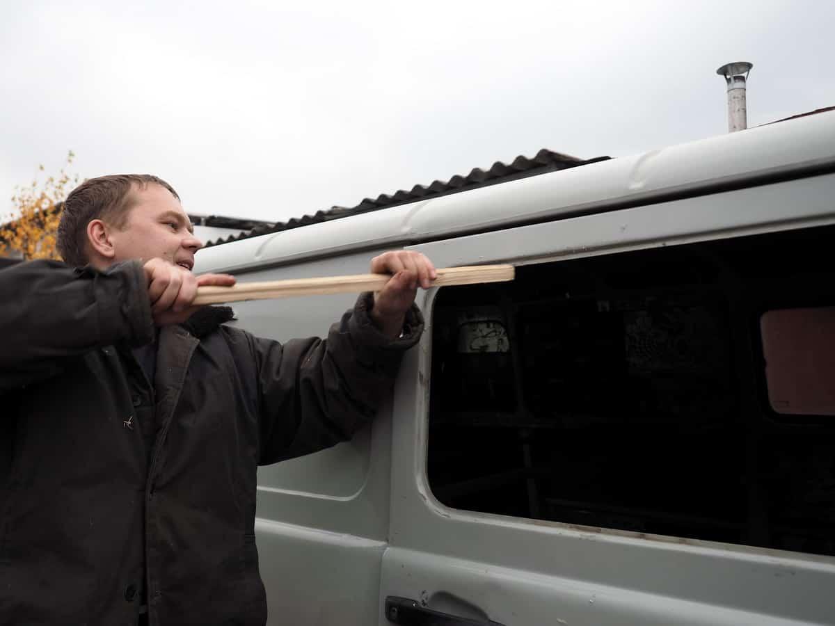 очищаем проём для установки сдвижного стекла