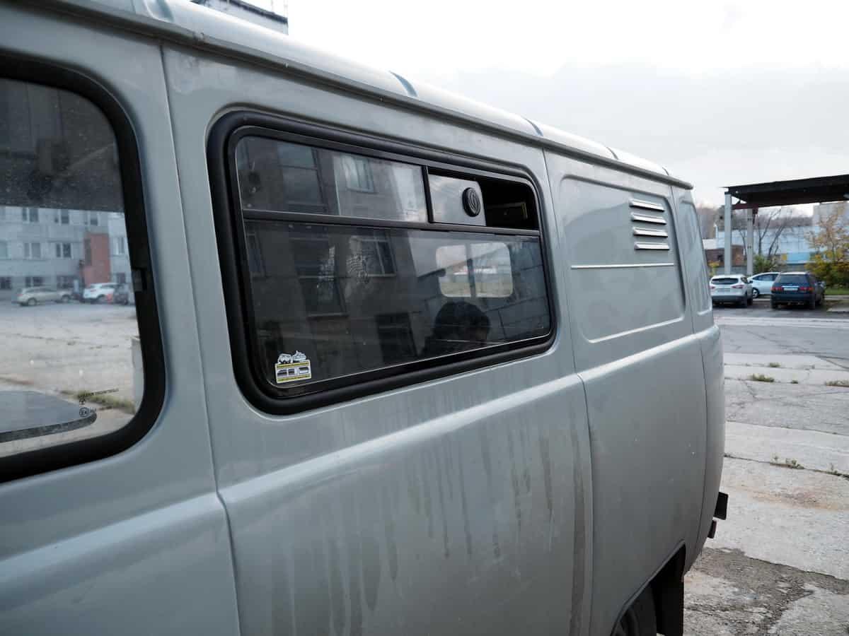 сдвижное окно салона с маленькой форточкой
