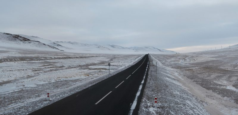 дорога в Монголии зимой