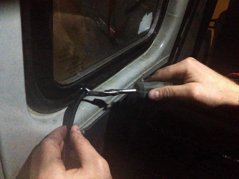 как всунуть клин при установке стекол ваз и уаз