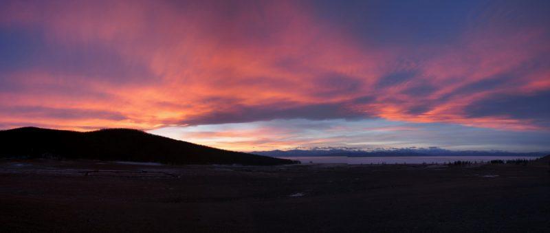 красочный закат, горы, озеро