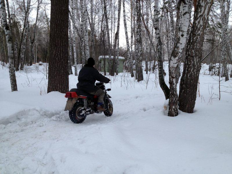 на мотоцикле зимой по лесу