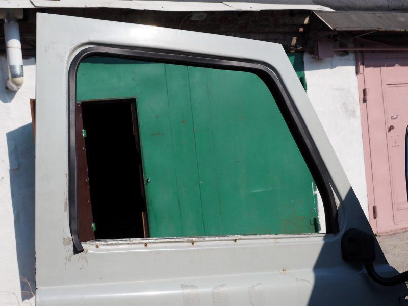 ставим уплотнитель стекла УАЗ 452