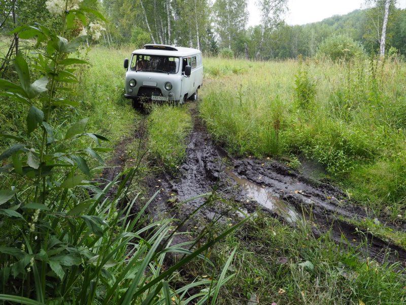 уаз едет по грязи