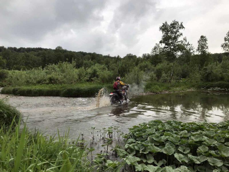 брод через реку на мотоцикле