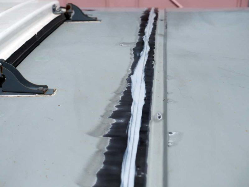 проклейка швов на крыше герметиком